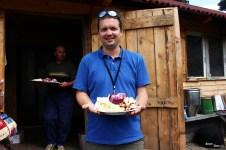 Ghidul uneori mai și servește mâncarea turiștilor