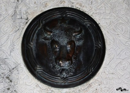 Stema Moldovei pe Borna de hotar simbolică (Focșani)