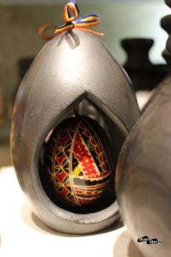 Artizanat: suveniruri tradiționale - ceramică neagră de Marginea și ou încondeiat