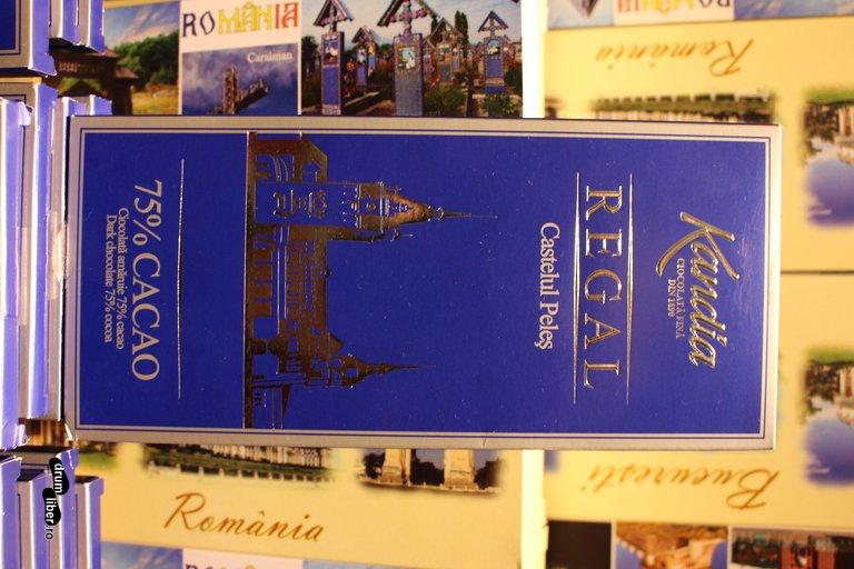 Suveniruri delicioase: ciocolata Kandia Regal - Castelul Peleș. Există și alte sortimente.