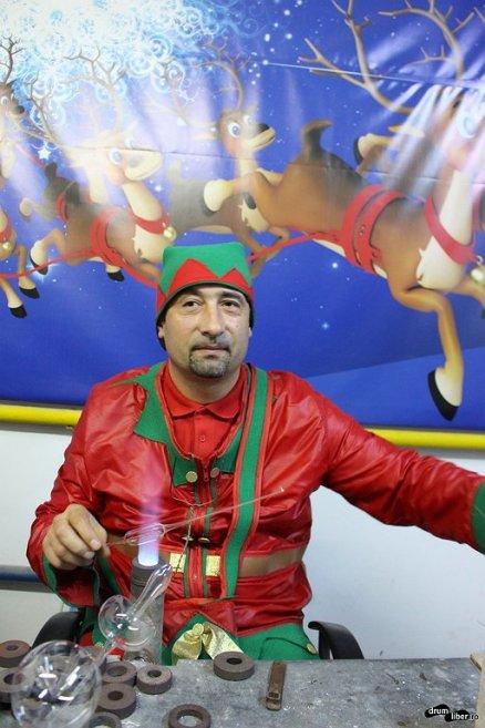 Spiridușul care face globuri de Crăciun din sticlă