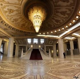 Scările monumentale și candelabrul de la intrare