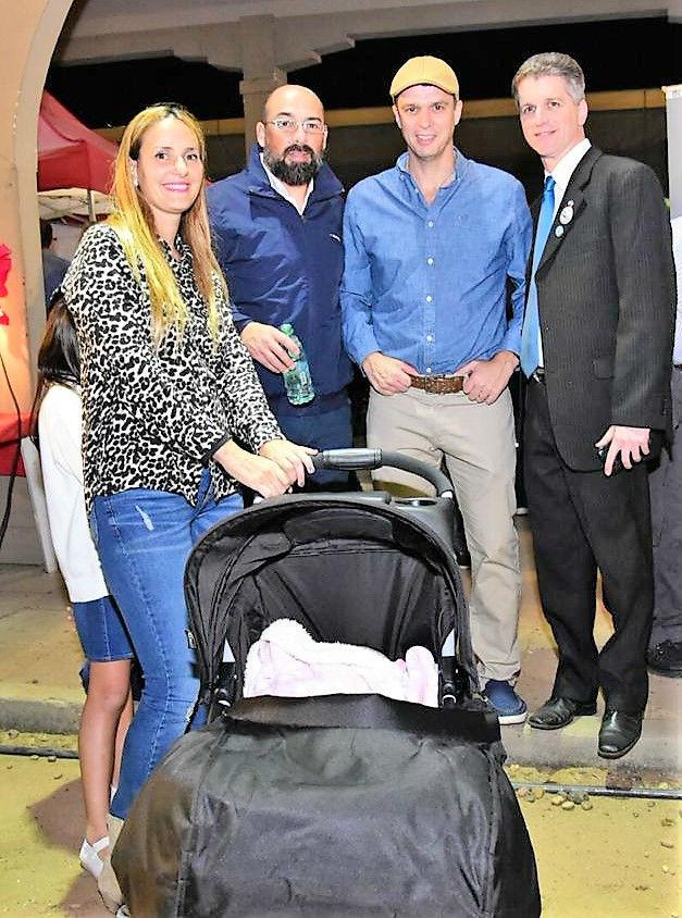 El intendente Cresto, junto a su señora y Mauricio Rey, presidente de Inmigrantes Unidos.