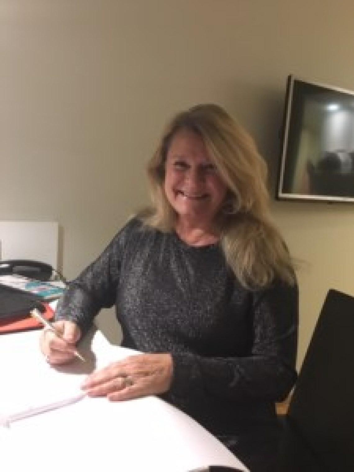 """Elisabeth signerar avtal om utgivning av """"Drottningklockan""""."""