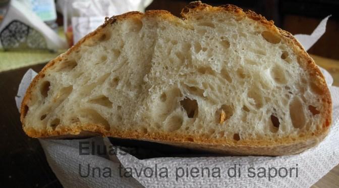 Pane con lievito madre nel forno a legna