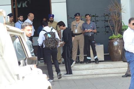 Celebrity Gossip Shah Rukh Khan S Airport Fashion 2015 03
