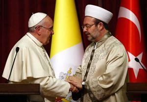 Papa Francesco con Mehmet Gormez, presidente della Niyanet, il Dipartimento per gli affari religiosi, cioè la più alta Autorità religiosa islamica sunnita in Turchia. Foto Reuters.
