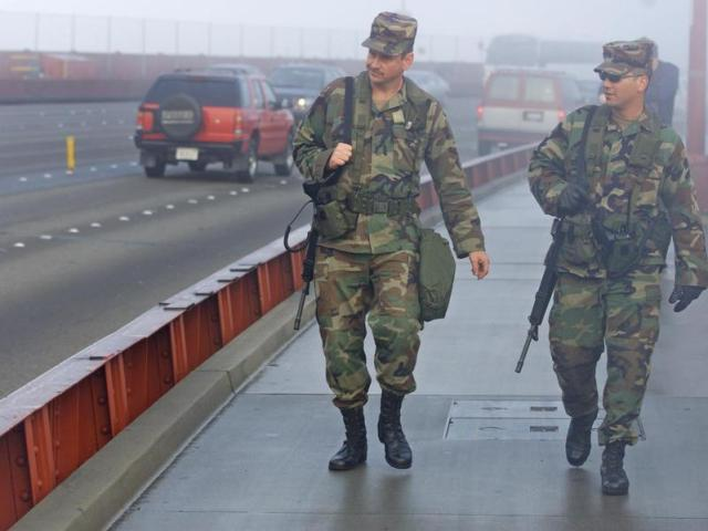 I membri della Guardia Nazionale della California pattugliano il ponte nel 2001.