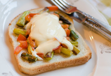 Smörgås med sparris och egen Hollandaise