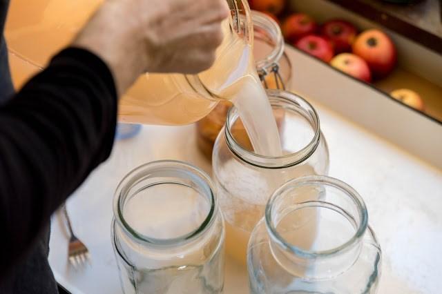 Egen äppelcider hälls i glasburkar för att bli vinäger Farbror Grön