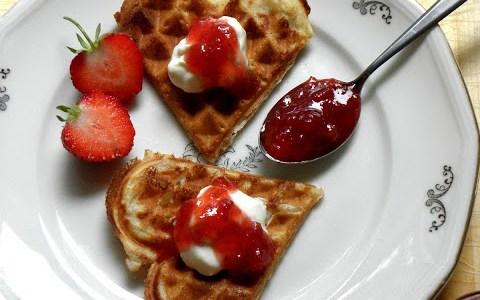 Sylt av jordgubbar och rabarber