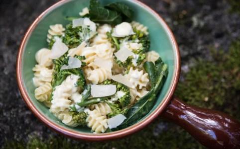 Pasta med ostsås och broccoli