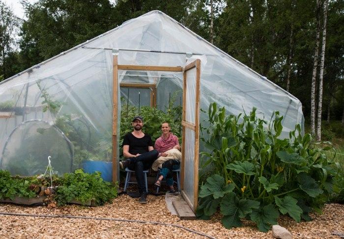 Johannes Wätterbäck och Sara Bäckmo i växthuset