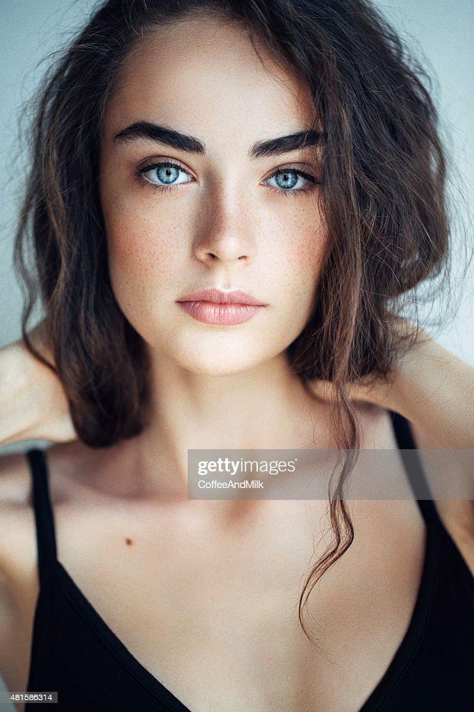 Fille Brune Au Yeux Bleu : fille, brune, Photos, Images, Brune, Bleus, Getty