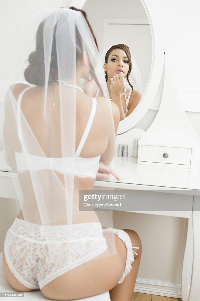 Braut In Dessous Lippenstift Putting Auf StockFoto