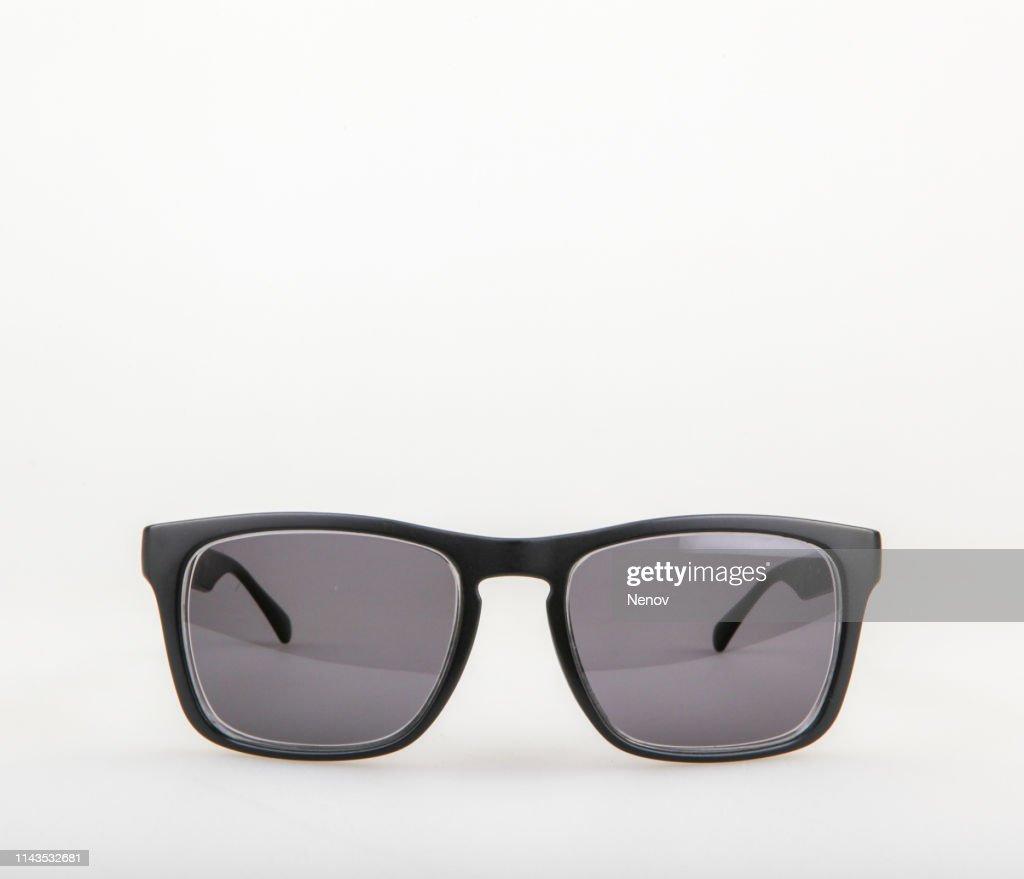 410 photos et images de lunettes soleil fond blanc getty images