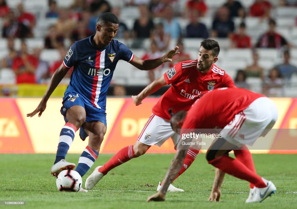 Derley of Desportivo das Aves with Pizzi of SL Benfica in action... News Photo - Getty Images