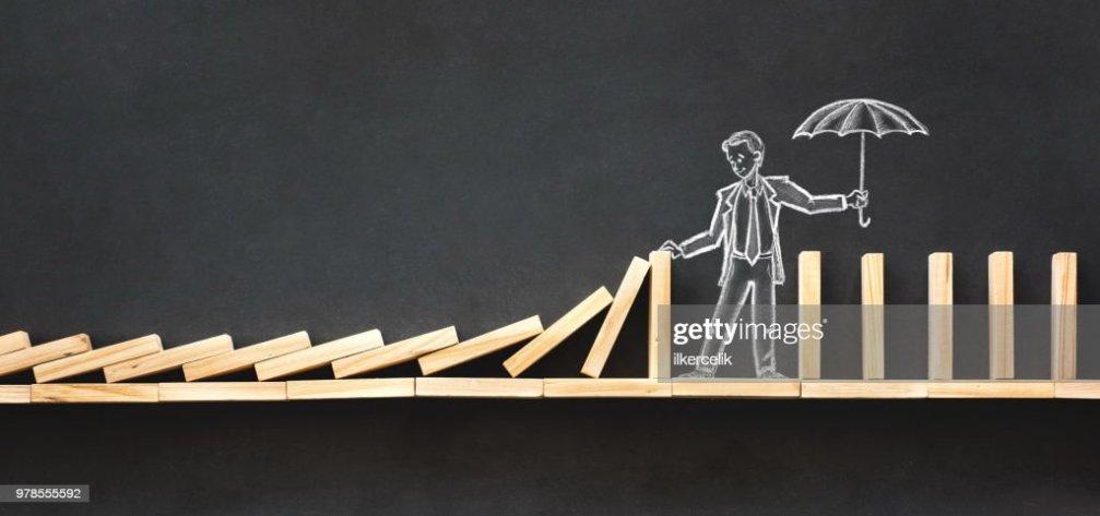 ドミノ効果と手でビジネス チャレンジ コンセプト黒板チョーク イラストを描き下ろし ストックフォト ...