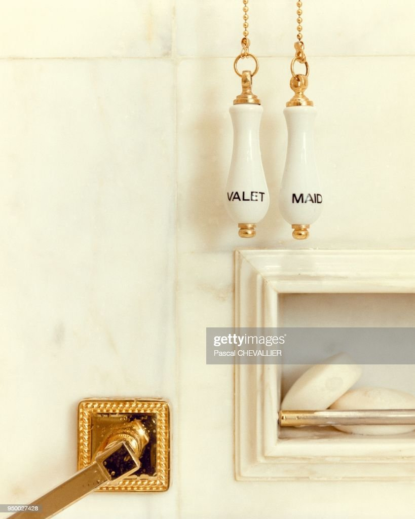 https www gettyimages com detail news photo d c3 a9tail dune salle de bain c3 a0 lh c3 b4tel ritz c3 a0 paris france news photo 950027428