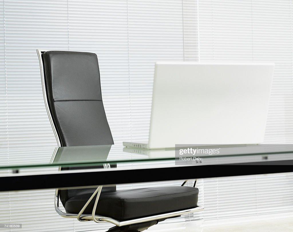 ergonomic chair là gì queen ann chairs leeres büro stuhl mit laptop am schreibtisch stock foto