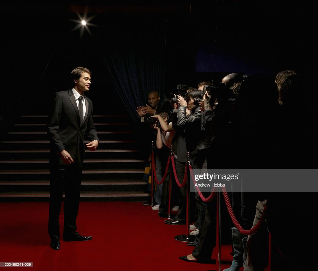 Paparazzi Roter Teppich Male Celebrity In Tuxedo Standing On Red Carpet In Front Of