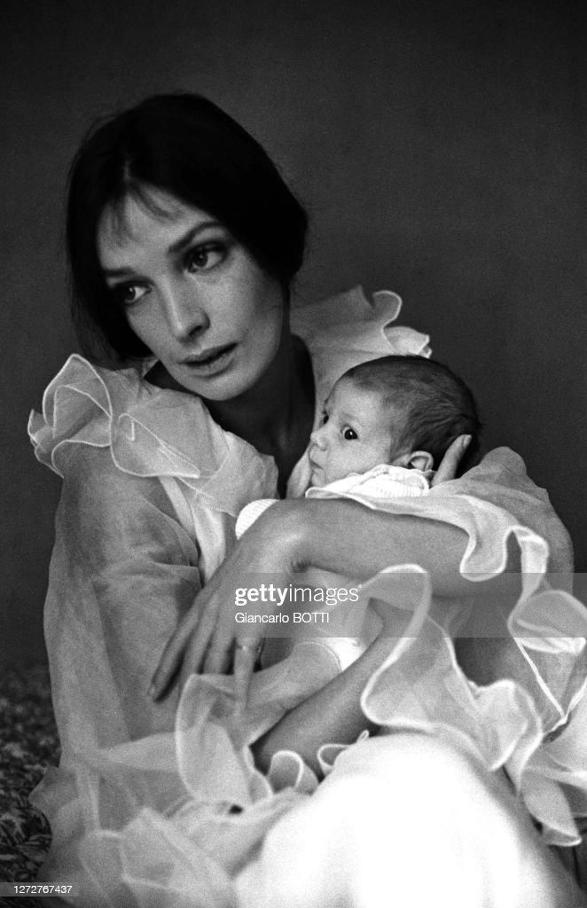 Marie Laforet Et Son Fils : marie, laforet, Portrait, Marie, Laforêt, Nouveau-né..., Photo, Getty, Images