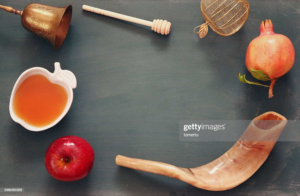 It's a time to reflect, sing, pray, gather with loved ones, and of course, eat delicious apple treats and round challah. Rosh Hashanah Concept Traditional Symbols Stock Foto Getty Images