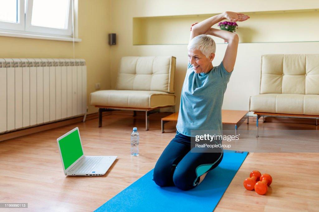 https www gettyimages fr detail photo senior woman exercising in home gym image libre de droits 1199990113