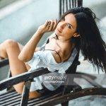 Sinnliche Weibliche Sitzen Auf Stuhl Am Pool Stock Foto Getty Images