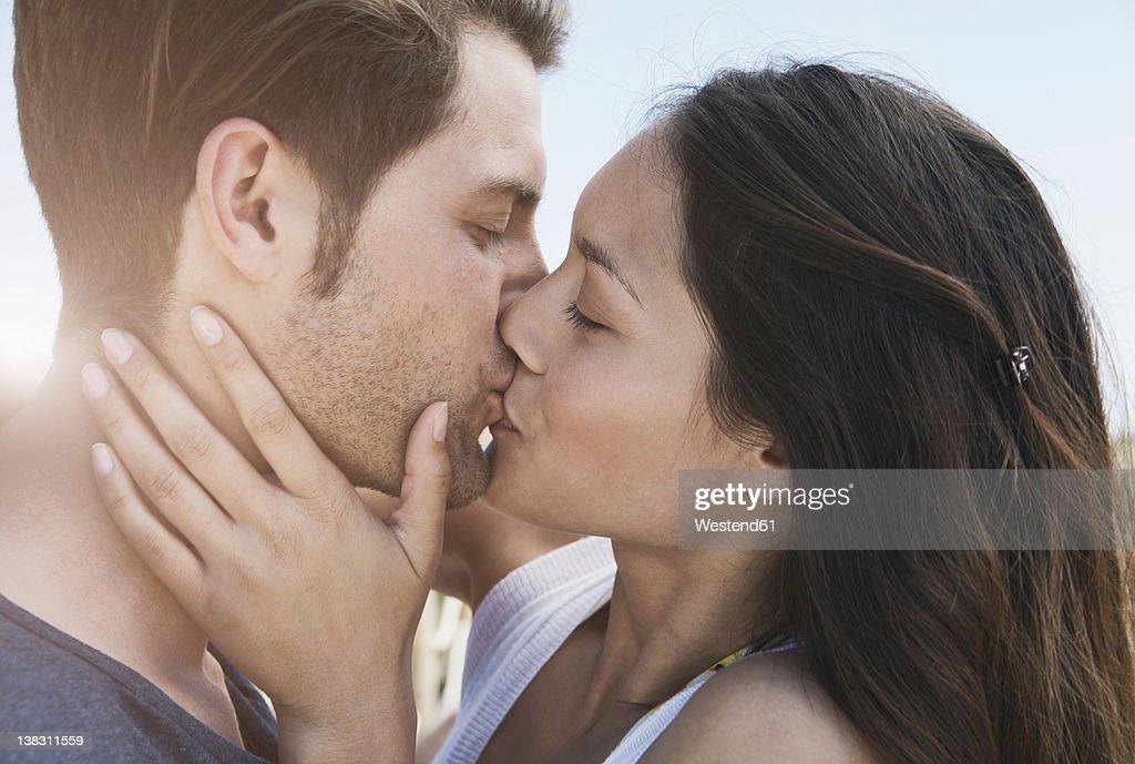 3 016 photos et images de embrasser sur la bouche getty images