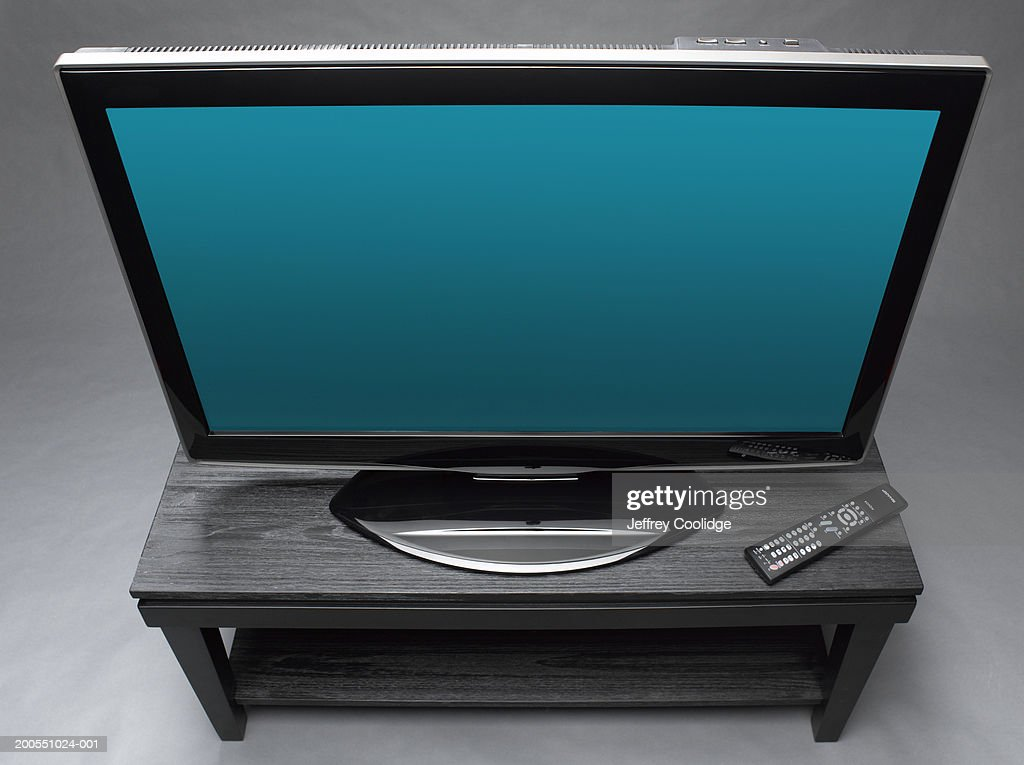 https www gettyimages dk detail photo widescreen television on table with remote control royalty free image 200551024 001