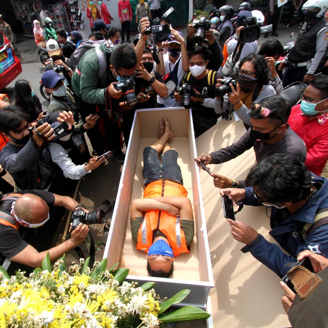 People Who Violate Mask Wearing Rule In Indonesia Are Asked To Lay In Coffin