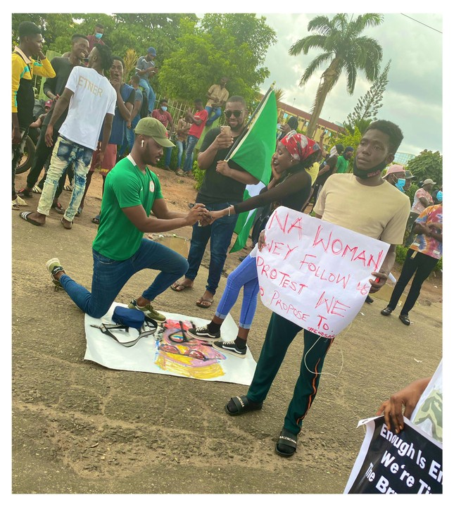 Man Proposes To His Girlfriend During #EndSARS Campaign In Lagos (Photos) 3