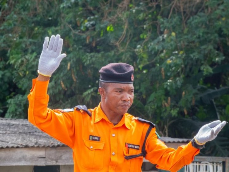 He's Always Smiling, Doesn't accept bribe – Nigerians Hail Traffic Warden (Video)
