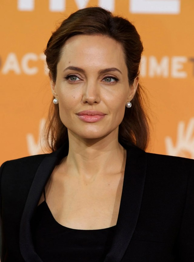 here's how angelina jolie does a half-up hairstyle (see it