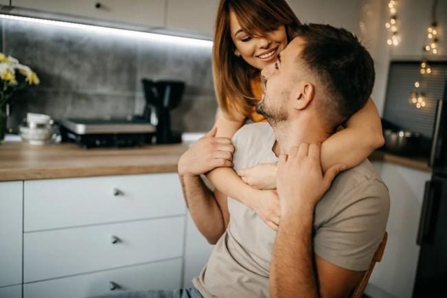 Casal em uma cozinha