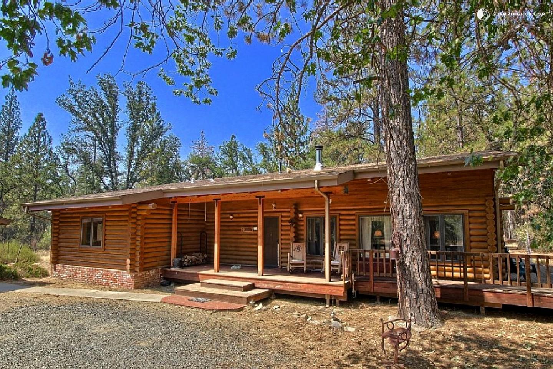 Cozy Log Cabin near Yosemite National Park in California