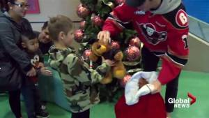 Calgary Hitmen hand out nearly 24K teddy bears to support kids