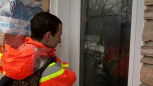 Quebec flooding: Volunteers putting in marathon hours to help total strangers