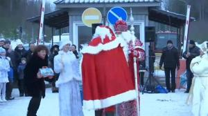 Russian, Finnish Santas exchange gifts at the border