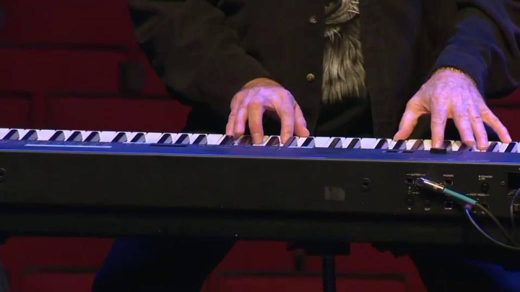Click to play video 'Winnipeg rocker, Burton Cummings, performs Sour Suite at namesake theatre'