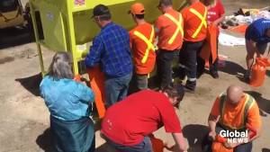 Minden Hills, Ont. residents fill sandbags in effort to hold back flood waters
