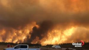 Wildfire burns out of control near High Level, Alta. (00:34)