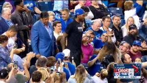 Kawhi Leonard gets standing ovation, 'MVP' chants as he takes seat at Blue Jays game