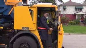 Toronto Mayor John Tory lends a hand in the new raccoon-proof green bin launch (01:13)