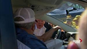 Donald Trump hands out food to NC residents affected by Florence (01:33)