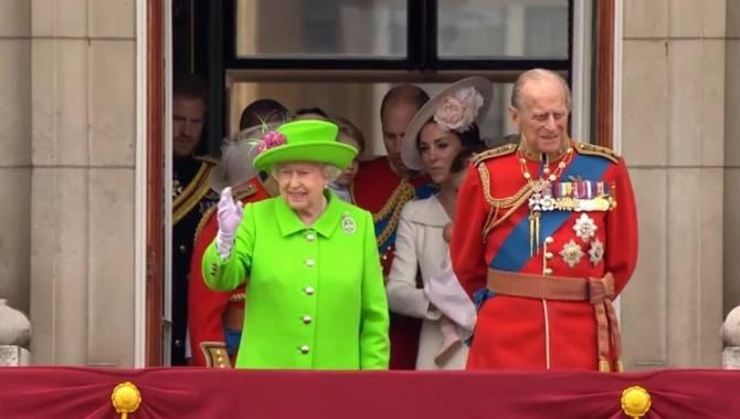 In photos queen elizabeth ii and family mark 90th for Queen elizabeth balcony