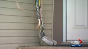 Canadians leaving hockey sticks on front porches to pay tribute to Humboldt Broncos (02:04)