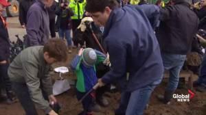 Justin Trudeau helps fill sandbags amid flood concerns in Ottawa
