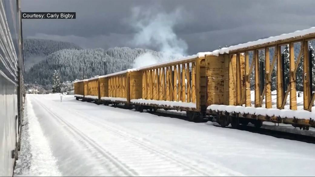 Click to play video: 'Amtrak train stranded in Oregon is finally on the move'